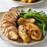 חזה עוף בחרדל ודבש עם קווטץ' תפוחי אדמה