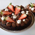 עוגת בראוניז שוקולד עם מוס שוקולד ותותים (ללא קמח ומוצרי חלב)