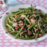 שעועית ירוקה מוקפצת עם פקאנים ואוכמניות