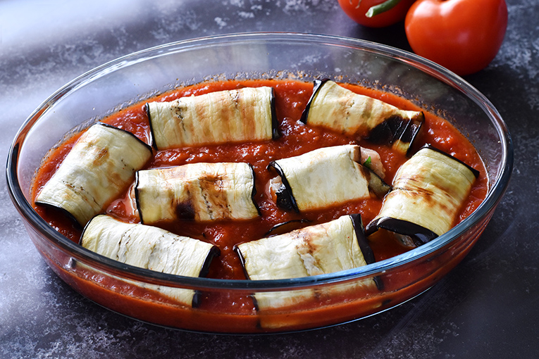 בדרך לתנור - פרוסות חצילים במילוי עוף בתוך בריכה של רוטב עגבניות. 20 דקות מעכשיו וזה מוכן