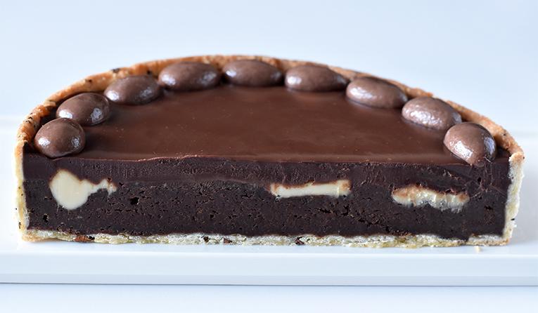 שקעים של חלבה מתגלים בחיתוך. מדובר באמת בעונג מטורף לחובבי שוקולד!