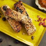 חטיפי אנרגיה עם שיבולת שועל, אגוזים, פירות יבשים ודבש