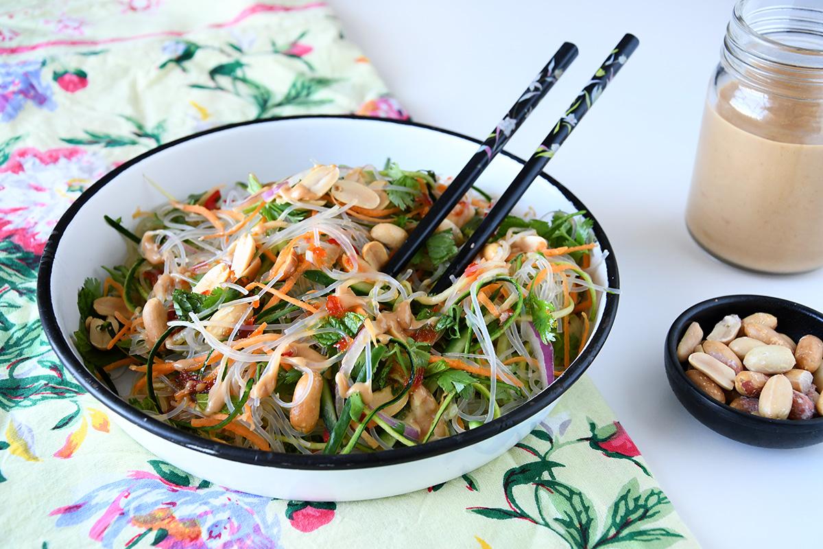 סלט אטריות שעועית עם ירקות ברוטב חמאת בוטנים
