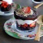 קינוחי כוסות עם בראוניז שוקולד, תותים, קצפת ושכבת טראפלס שוקולד