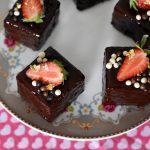 קוביות עוגת שוקולד בציפוי שוקולד מבריק ותותים
