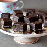 ריבועי שוקולד מושחתים – עוגיית שוקולד צ'יפס ענקית ומעליה אוראו ובראוניז