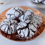 עוגיות שוקולד וחלבה מושלגות