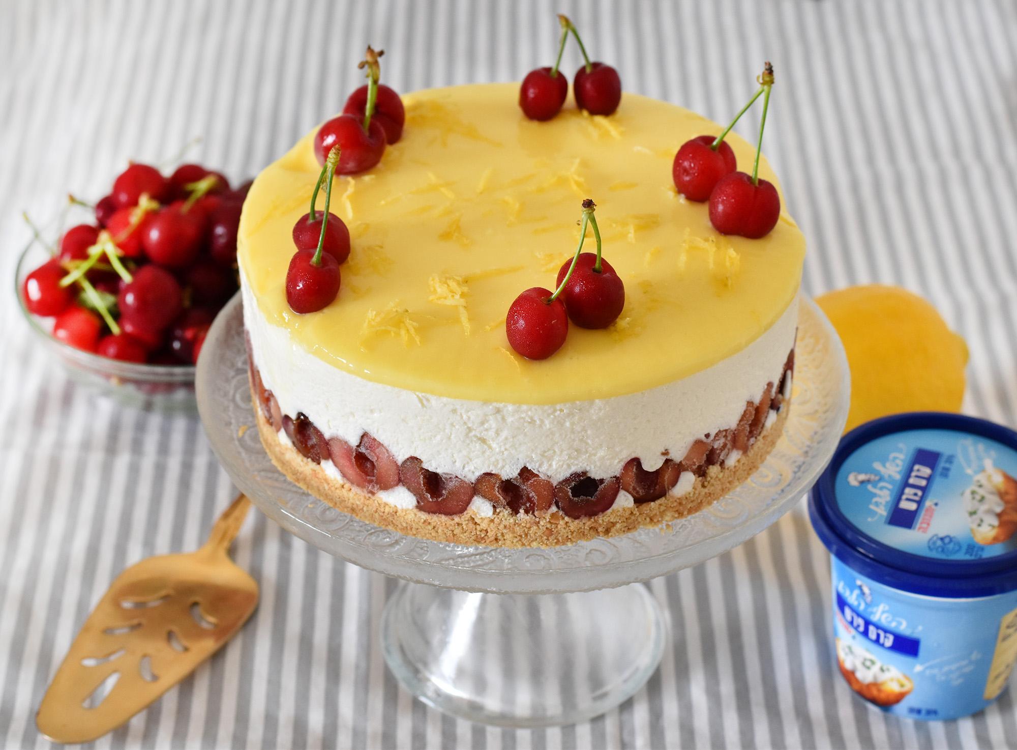 עוגת גבינה ולימון עם דובדבנים