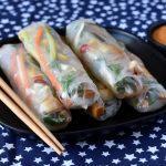 ספרינג רול במילוי ירקות וטופו עם רוטב חמאת בוטנים