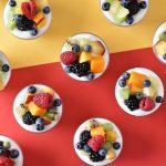 מוס יוגורט ושוקולד לבן עם פירות קיץ - בתוך ביצת הפתעה