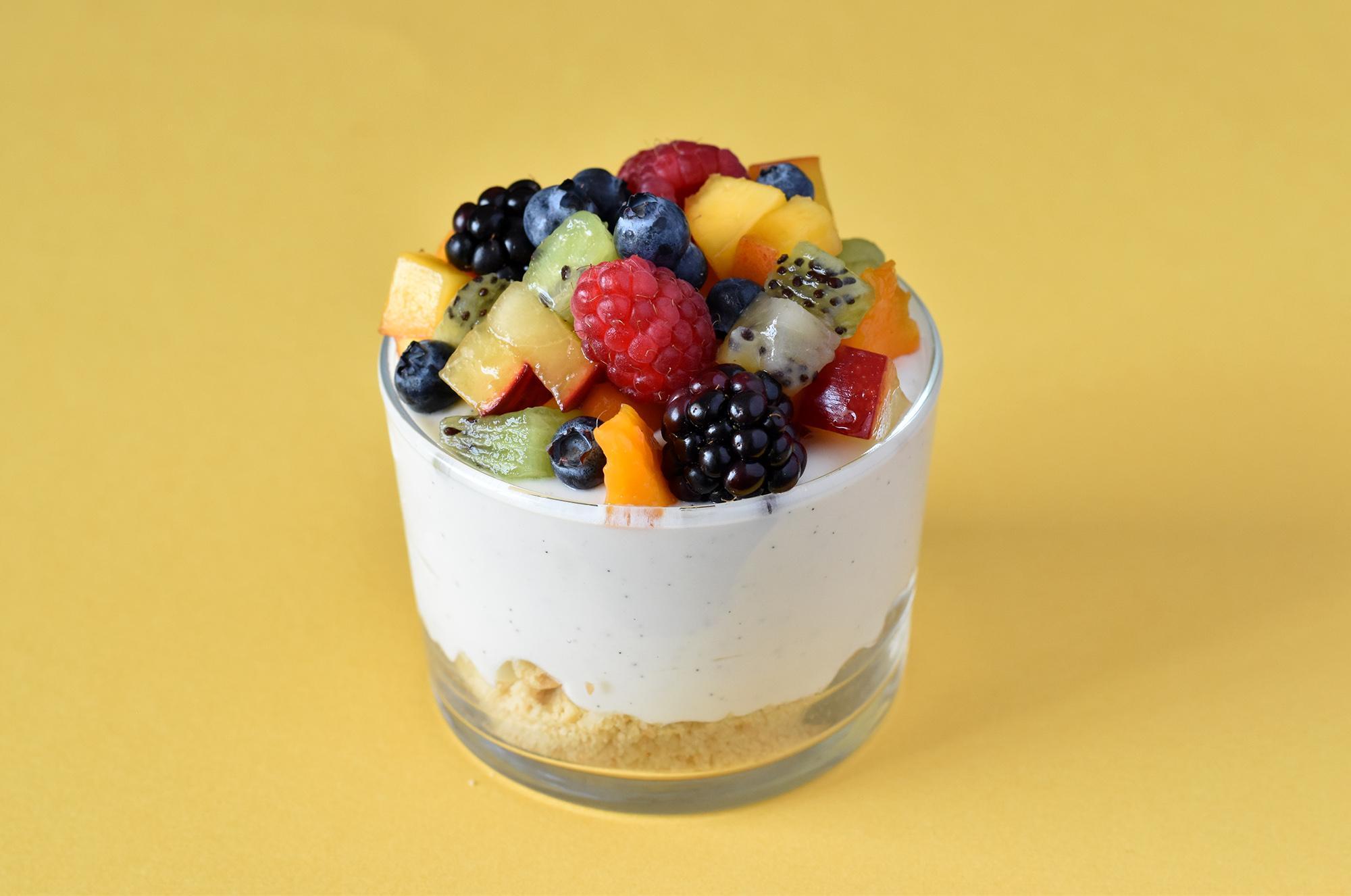 מוס יוגורט ושוקולד לבן עם פירות קיץ