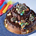 עוגת כוכב - עוגת שוקולד 2 קומות עם ממתקים וכדורי שוקולד