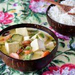תבשיל קארי וקרם קוקוס עם קוביות טופו וירקות