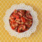 סלט עגבניות שרי עם זיתים וגרעיני חמנייה