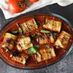 גלילות מוסקה חצילים במילוי עוף טחון ברוטב עגבניות ארביאטה (חריף)
