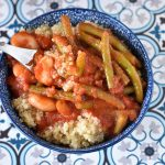 תבשיל שעועית ירוקה ולבנה ברוטב עגבניות עם קינואה