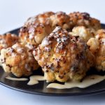כרובית בטחינה - כרובית שלמה אפויה בתנור שמגישים עם טחינה