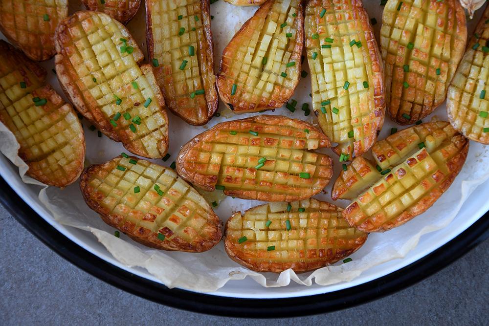 בין צ'יפס לתפוחי אדמה בתנור | קיפודי תפוחי אדמה
