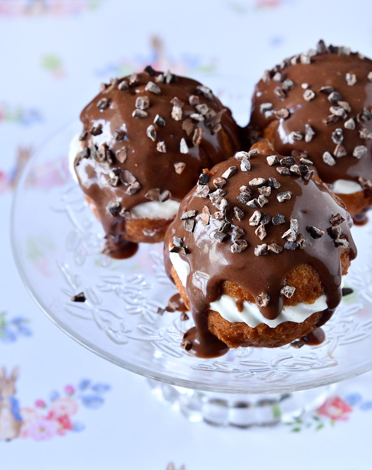 מיני סופגניות במילוי קצפת ורוטב שוקולד
