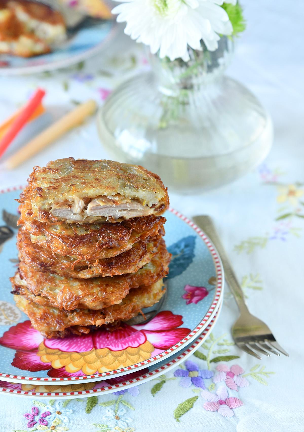 לביבות תפוחי אדמה במילוי עוף ובצל מטוגן