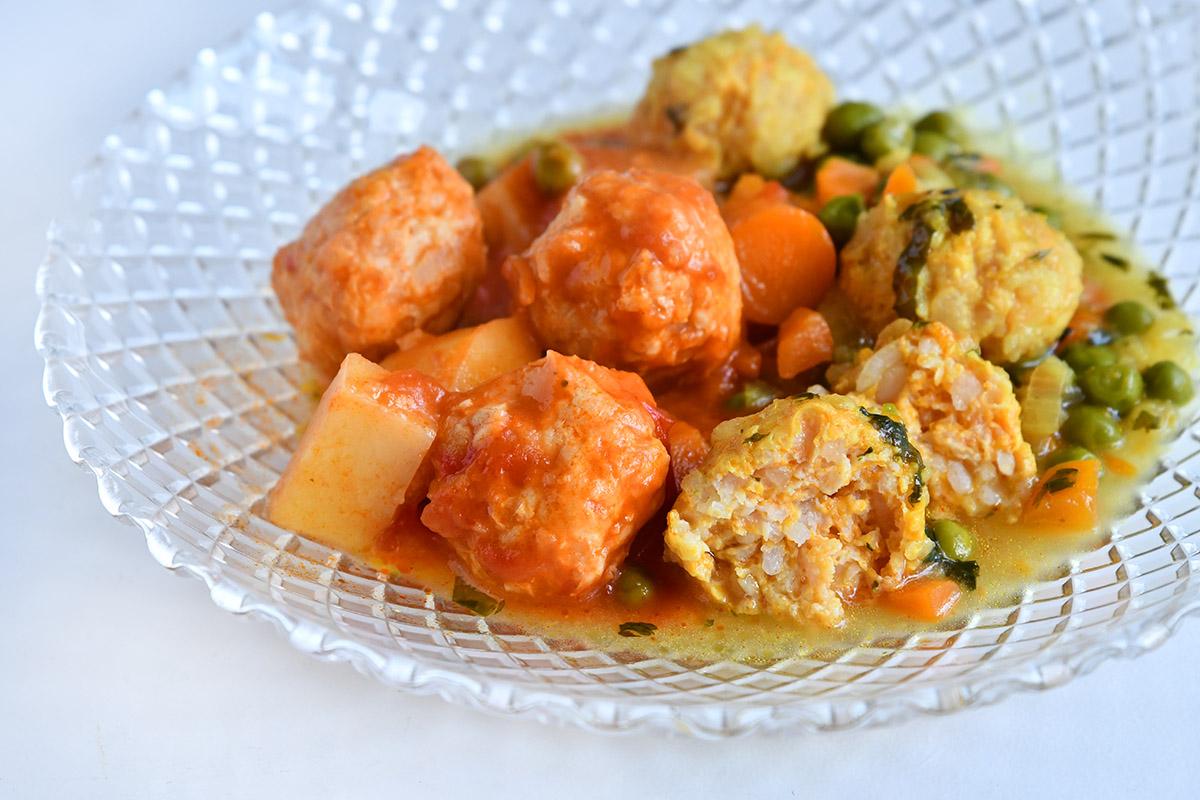 כדורי עוף עם תבשיל אפונה וגזר