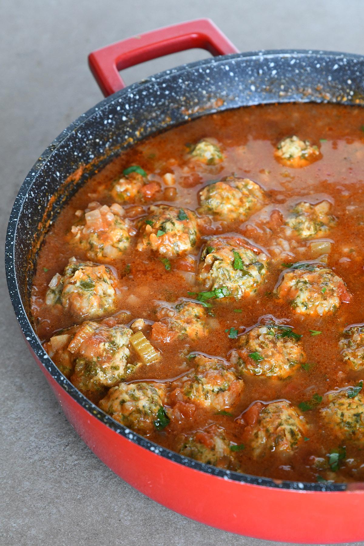כדורי עוף ותרד ברוטב עגבניות