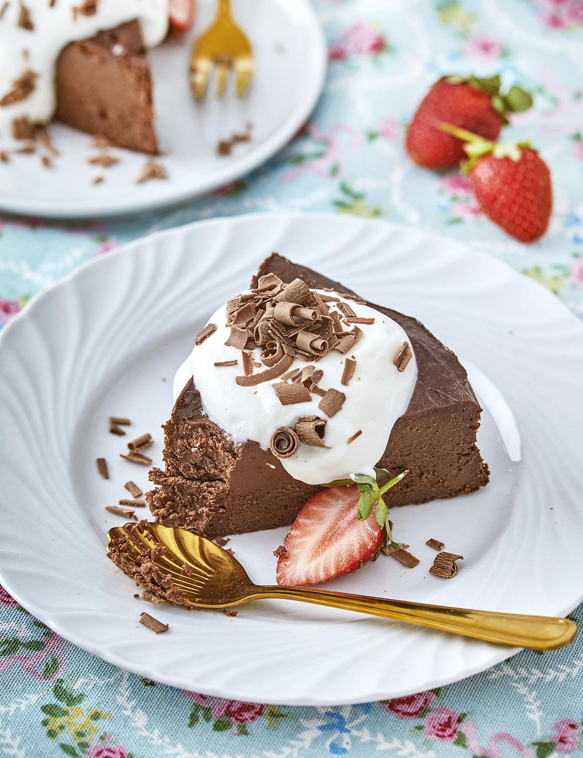 עוגת גבינה ושוקולד עם קצפת. צילום: אפיק גבאי