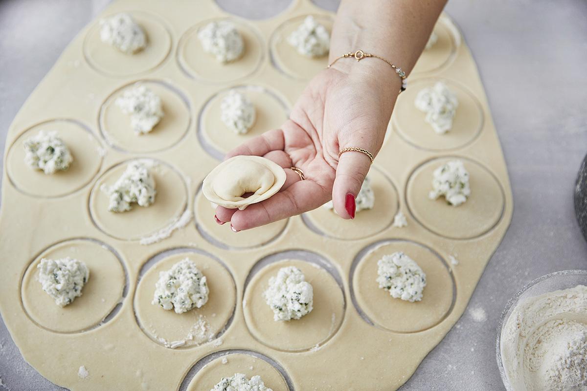 שישברק במילוי גבינות ברוטב יוגורט