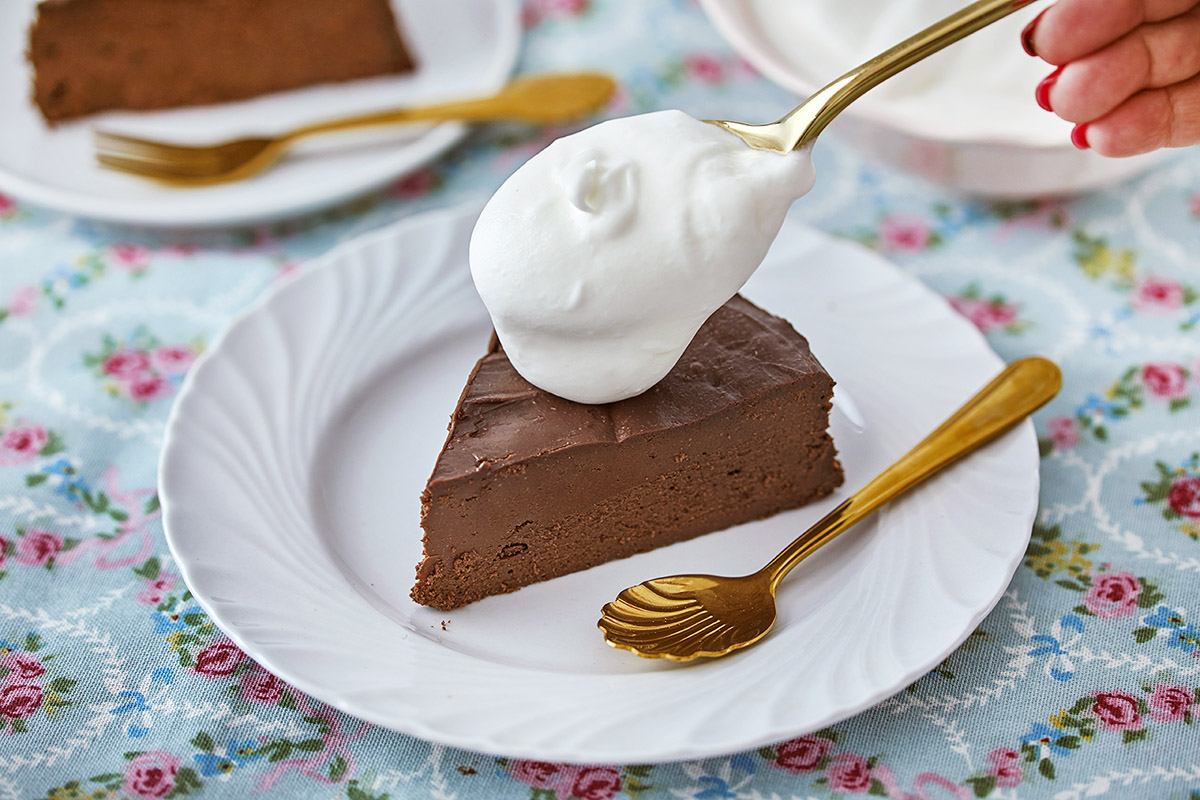 עוגת גבינה ושוקולד עם קצפת. צילום אפיק גבאי