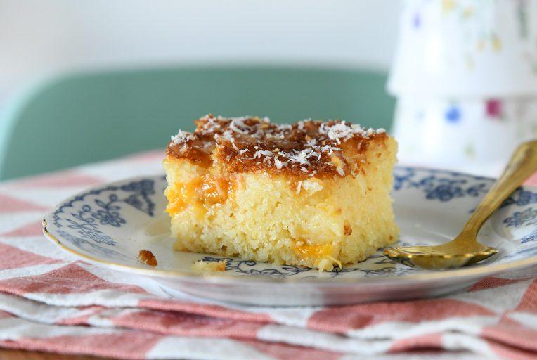 עוגת סולת ומיץ תפוזים עם קוקוס ומשמשים