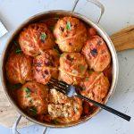 כדורי כרוב ממולאים בעוף ואורז ברוטב עגבניות