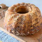 עוגת מייפל בחושה עם שבילים של קינמון ופקאנים