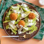 סלט ירוק עם מדליוני גבינת פרומעז ורוקפור. צילום: טל סיון צפורין