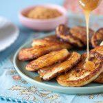 לביבות גבינה מתוקות עם רוטב קרמל וקוקוס קלוי. צילום: טל סיון צפורין