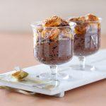 מוס שוקולד טבעוני עם בננות מקורמלות וקוקוס קלוי. צילום: טל סיון צפורין