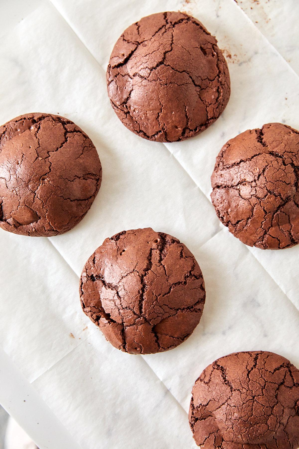 עוגיות בראוניז שוקולד וקוקוס ללא קמח. צילום: טל סיון צפורין