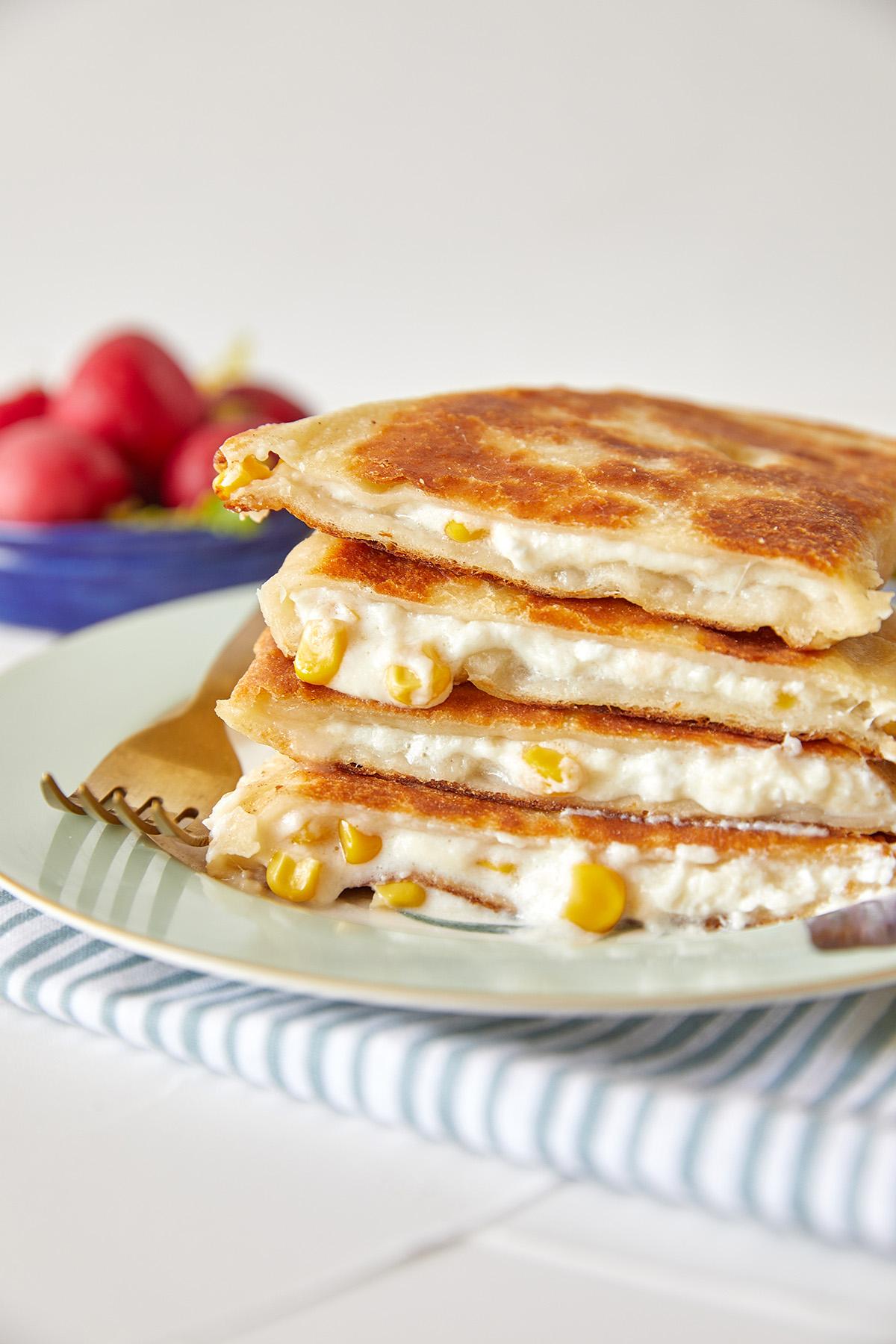 לחם מחבת מ-2 מצרכים במילוי גבינות ותירס. צילום: טל סיון צפורין
