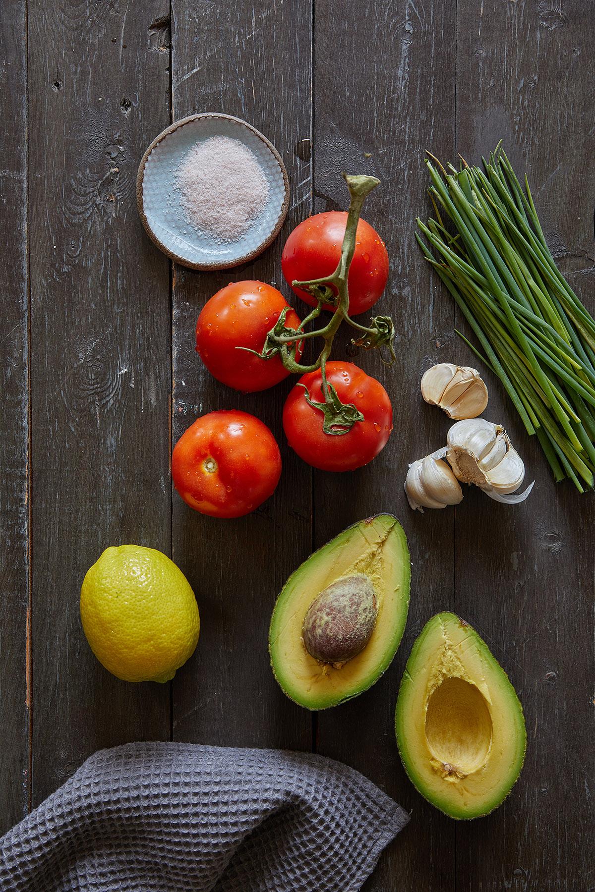 ממרח פלפלים קלויים, ממרח כרוביות צלויות וסלסת אבוקדו ועגבניות. צילום: טל סיון צפורין