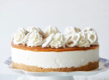 עוגת גבינה קרה עם רוטב קרמל מלוח. צילום: טל סיון צפורין