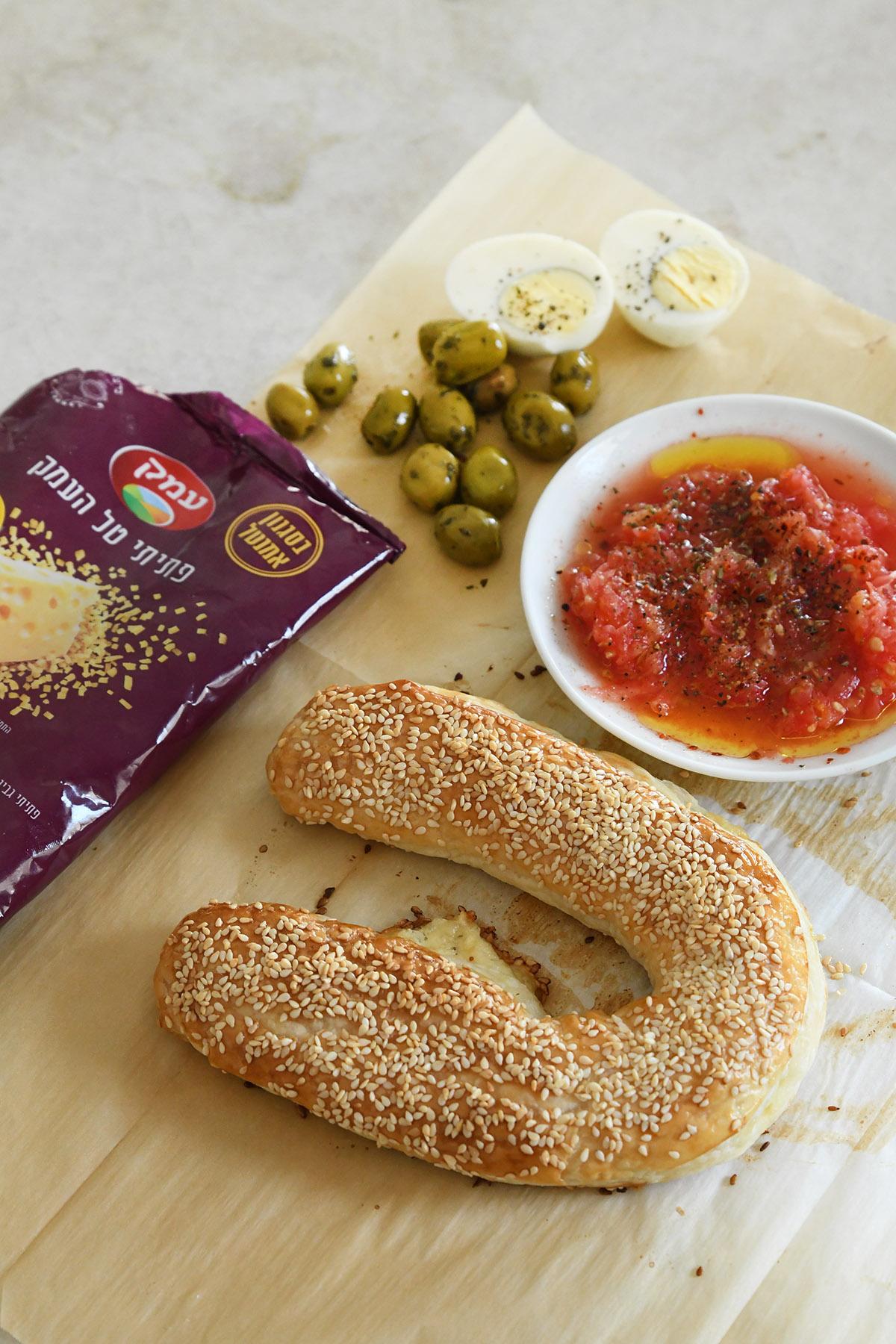 מאפה זיוה במילוי גבינות וזיתים