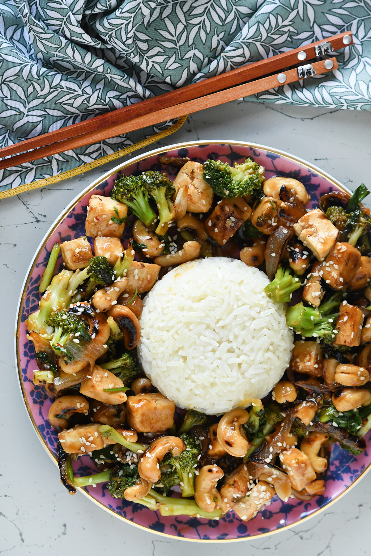 טופו מוקפץ עם ברוקולי וקשיו לצד אורז בניחוח קוקוס